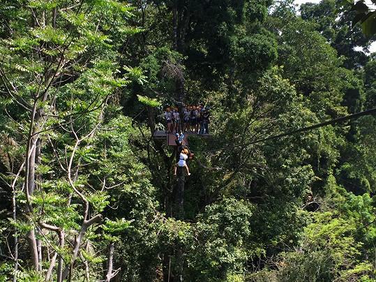 Dominika se pár metrů před koncem lana zasekla.