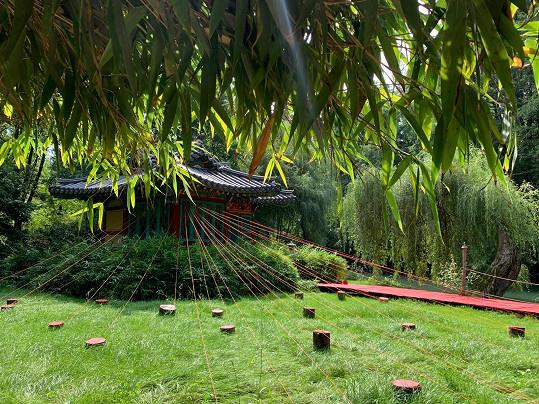 Buddhistická pagoda patří do rudé části zahrad.