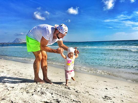 Michael s dcerou Liou, která se na ostrově učila a naučila chodit.