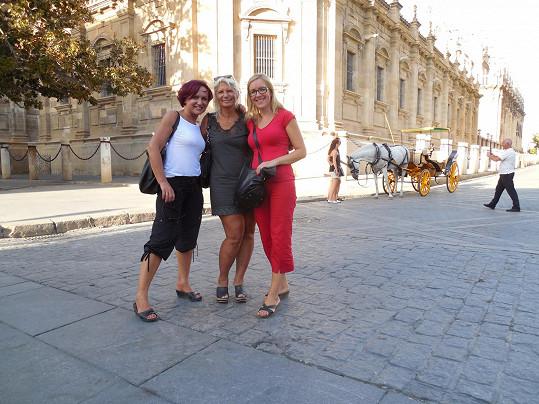 S kamarádkami Ivanou a Veronikou si zpěvačka na závěr léta užila parádní dámskou jízdu.