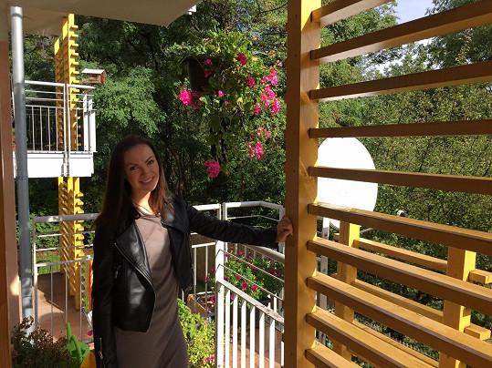 Když je hezky, nemá se Kamila v bytě kamaráda s příjemným balkonem špatně.