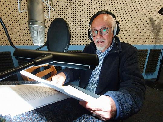 Na chalupě má vlastní studio, kde nahrává audioknihy.