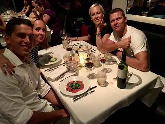 Páry spolu vyrazily na večeři.