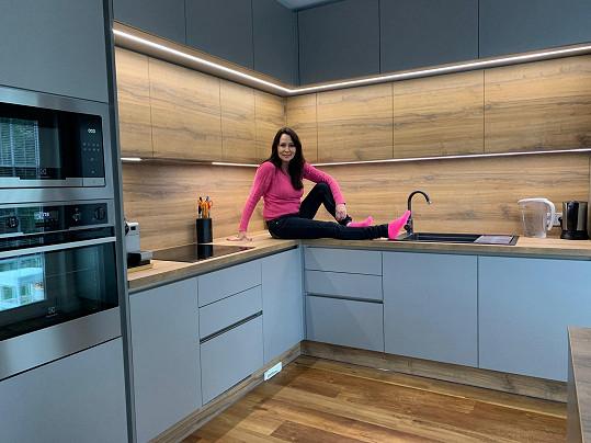 Kuchyň má hotovou, zvolila moderní minimalismus.