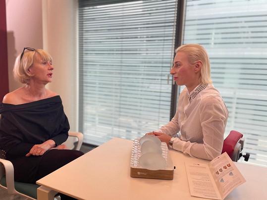 Ivana Wojtylová na konzultaci před operací. Zvolila implantáty s obsahem 310 mililitrů.