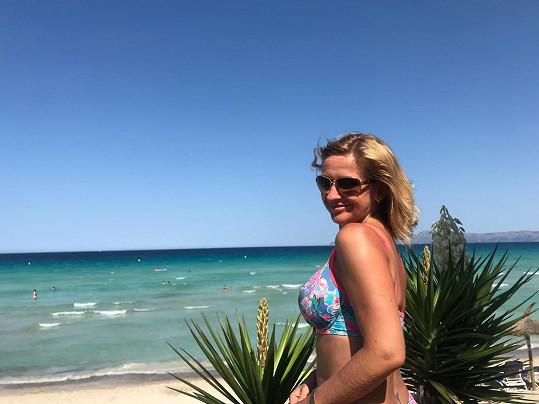 Terezie si užívá dovolenou u moře.