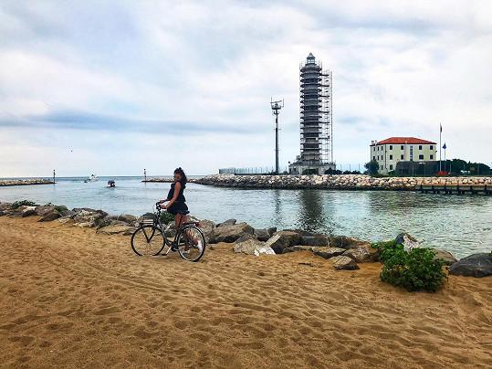 V italském Jesolu vyrazila i na výlet na kole.