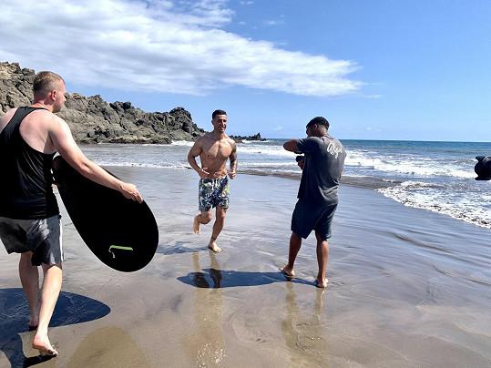 Martin při focení na pláži.