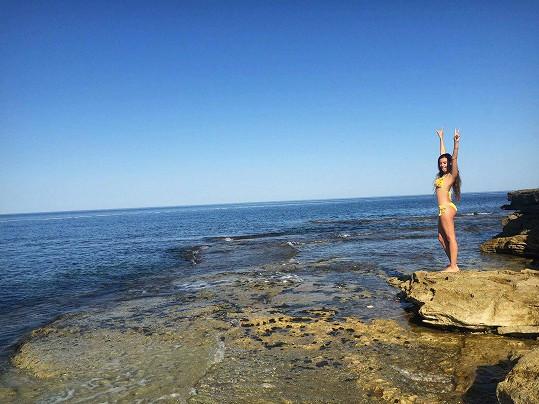 Sabina léto miluje. Moře a sluníčko ji dobíjí energií.