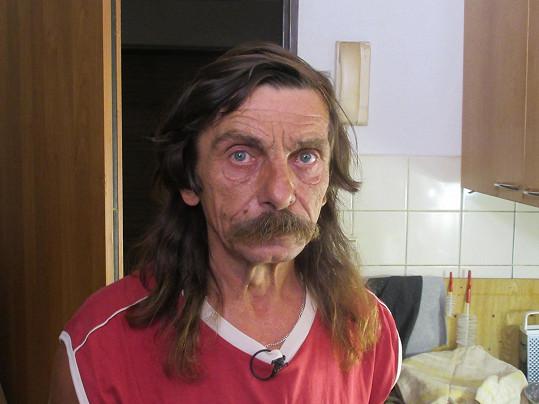 Josef (56) je vyučený zámečník, ale nyní pracuje na střechách.