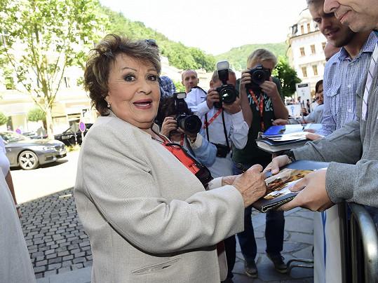 Jiřina Bohdalová se podepisuje fanouškům.