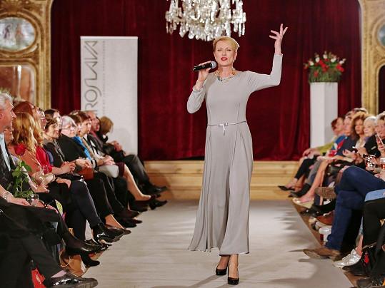 Renata Drössler na přehlídce také zpívala...