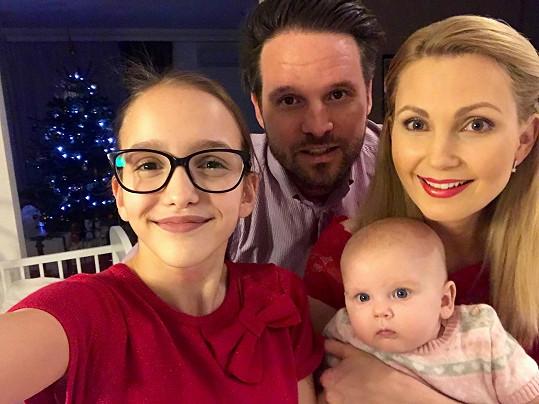Sandra trávila svátky s malou Emily, partnerem a jeho dcerou.