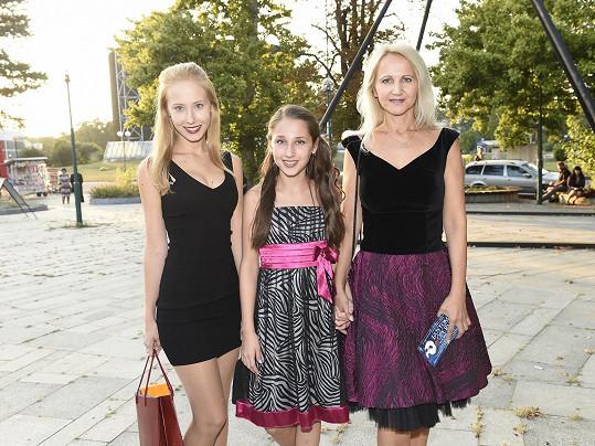 Šárka Grossová s dcerami na slavnostním představení Fantoma opery.