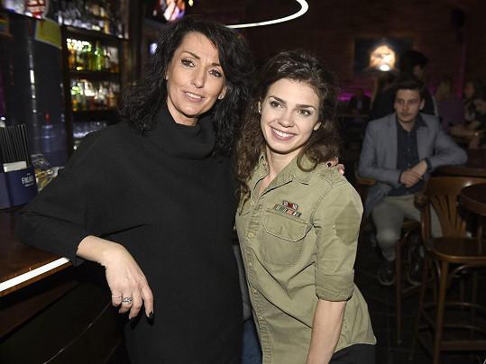 Denisa s Evou Čížkovskou, jejíž filmovou sestru hraje.