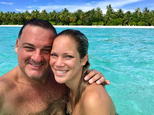 S Lenkou si Davide uživá na Maledivách a vzpomíná na svého tátu.