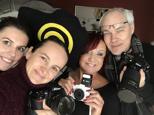 S dvorní fotografkou Lenkou Hatašovou, vizážistkou Bárou Nevickou a novým manažerem Petrem Tolarem při focení.