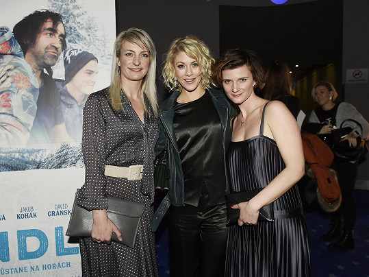 Anna Polívková, Kateřina Klausová a Anita Krausová hrají ve filmu sestry.