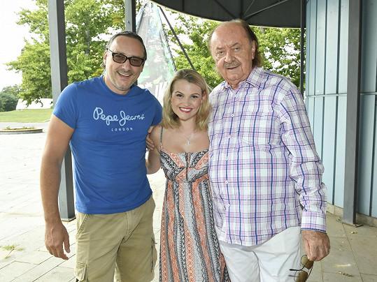 Marian s kolegyní Elis Ochmanovou, která bude hrát zelenou čarodějku Elphabu, a s producentem Františkem Janečkem.