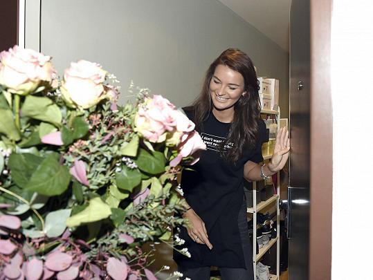 Nikol překvapili doma kamarádi s kyticí růží.