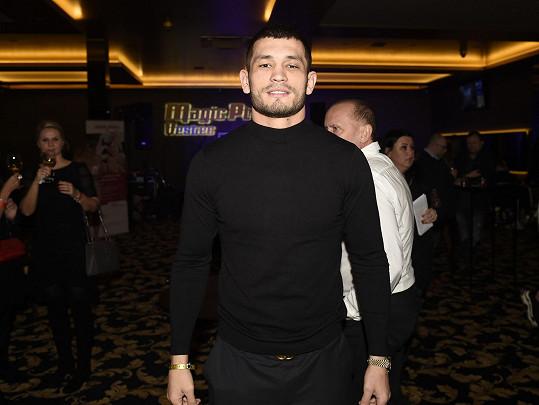 Makhmud Muradov vyrazil na párty bez svojí přítelkyně, která měla pracovní povinnosti.