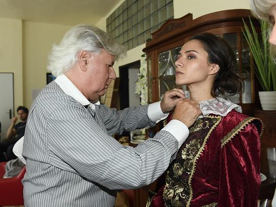 Při úpravě kostýmu s výtvarníkem Josefem Jelínkem