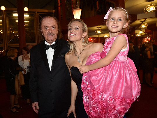 František Janeček s partnerkou Terezou Mátlovou a dcerou Emilkou na premiéře Fantoma opery