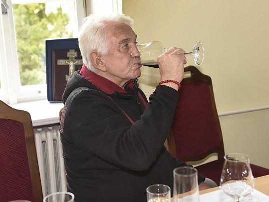 Potkali jsme se na degustaci moldavských vín. Červené si vychutnával.