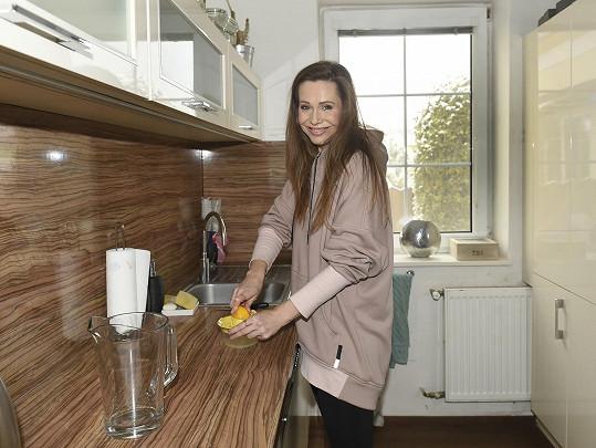 Pavla Vitázková v kuchyni svého domku na okraji Brna