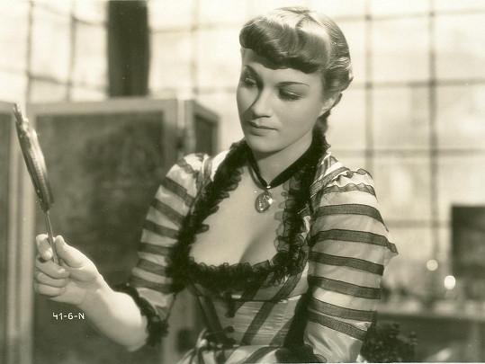 Adina Mandlová ve filmu Okouzlená (1942). Výsadní postavení obletované hvězdy bylo po válce pryč a ona musela lecos vysvětlit.