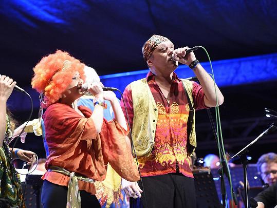 Viktor Dyk vystupoval na openingu karlovarského festivalu v šátku.