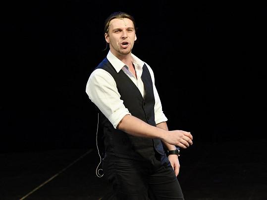 Michal na konkurzu muzikálu Čarodějka. Usiluje o roli Fiyera.