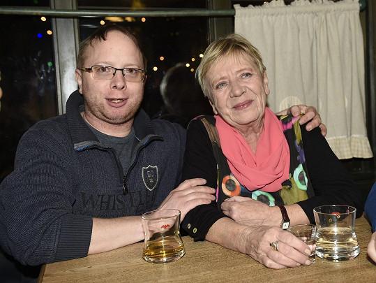 Herečce pomáhá syn Jaroušek.