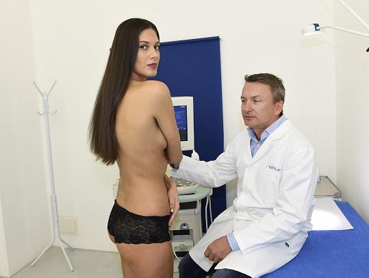 Lékař si její prsa prohlédl.
