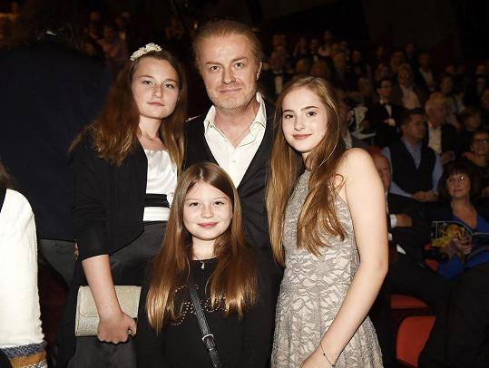 Pavel Šporcl s vyženěnou Lily (vpravo), prostřední Violetou a nejmladší Sophií