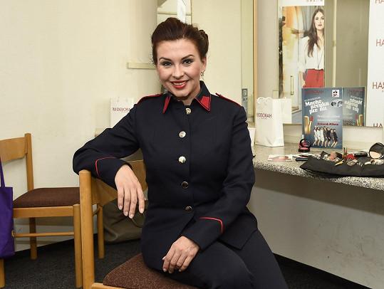 Dana Morávková jako důstojnice Armády spásy
