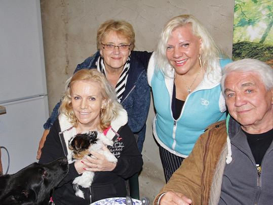 Krampolovi, Marie Pojkarová a jejich kamarádka Milena, u které grilovali.