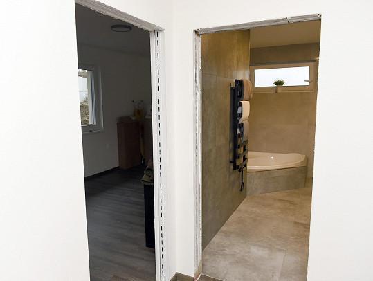 U všech místností zatím chybí dveře.