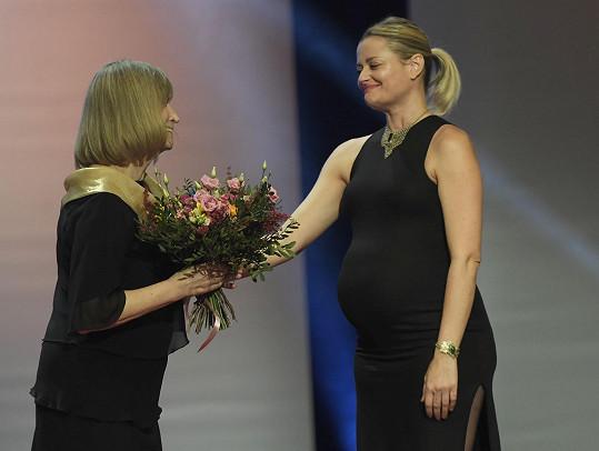 Té cenu předala kolegyně Erika Stárková, která dostala stejnou cenu loni.