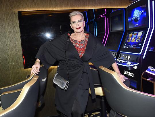 Na opening párty kasina jí outfit nevyšel.