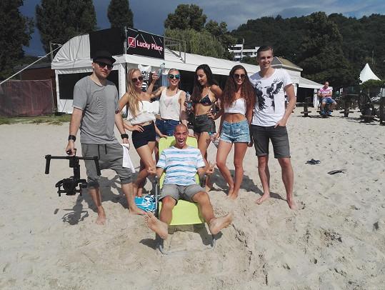 AquaBabes pracují i přes léto. Ve Žlutých lázních natáčely klip k remixu svého singlu Nejsem další.