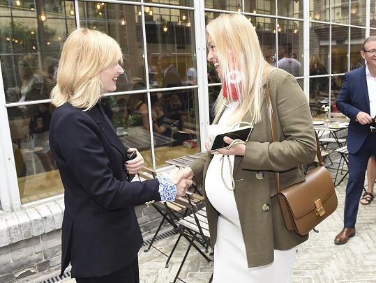 Renata se zdraví s další ambasadorkou projektu Aňou Geislerovou.