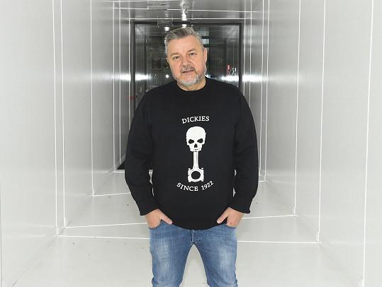 Po třech týdnech se mohl znovu vrátit do svého domovského rádia ExpresFM, kde moderuje pořad Ranní klub.