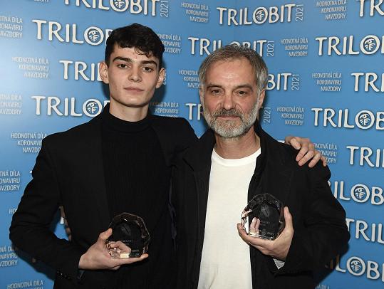 Ivan Trojan se synem Josefem, když přebirali ocenění za film Šarlatán.