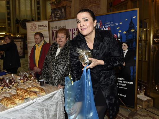Mahulena Bočanová nakupovala ve prospěch nadace Slunce, do jejich školy chodí i její dcera Márinka (Na snímku vlevo její ředitelka Blanka Dvořáková).
