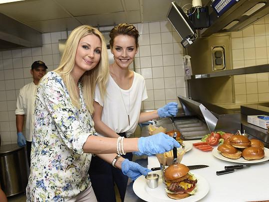 Sandřin první vlastnoručně připravený hamburger v životě.