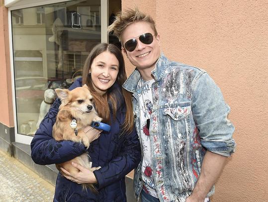 Tehdy vyrazil s přítelkyní a pejskem na jednu z posledních akcí do obchodu pro zvířecí mazlíčky.