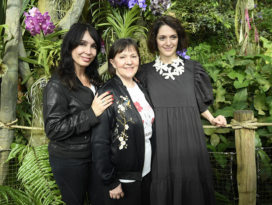 S neteří Klárou Issovou (vpravo) a s kolegyní Nelou Boudovou na jaře loňského roku v Botanické zahradě v Troji