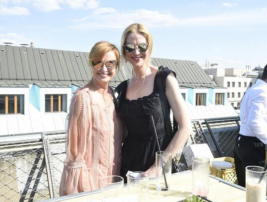 Na večírku Novy se Jitka Schneiderová dala do řeči s kamarádkou Pavlínou Němcovou.