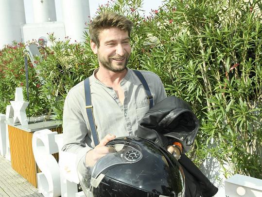 Na akci dorazil na motorce.